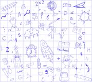 Dra tillbaka till skolablåttpennan på en vit bakgrund i en blå tetradbur, begrepp av utbildning för ett baner, annonsering Royaltyfri Fotografi