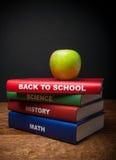Dra tillbaka till skolabunten av böcker Arkivbilder