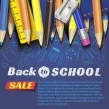Dra tillbaka till skoladesignen i röd bakgrund med skolaobjekt och objekt för lagerrabattbefordran royaltyfri fotografi