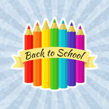 Dra tillbaka till skolaetiketten med färgpennor Royaltyfria Foton