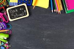 Dra tillbaka till skolaetiketten med skolatillförsel gränsar på svart tavla Arkivfoton