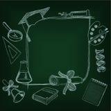 Dra tillbaka till skolaframeon den gröna svart tavla Arkivbilder