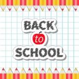 Dra tillbaka till skolaguling och den röda blyertspennaramen på pappers- design för lägenhet för arkbakgrundsskrivbok Royaltyfri Fotografi