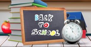 Dra tillbaka till skolahandstil på utbildningssvart tavla för skola royaltyfri bild