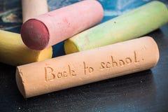 Dra tillbaka till skolainskriften på en stor krita på en chal svart tavla Fotografering för Bildbyråer