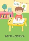 Dra tillbaka till skolakortet, affischdesign Gullig pojkehandstil på skrivbordet i klassrum Royaltyfria Foton