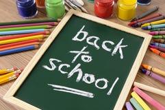 Dra tillbaka till skolameddelandet i krita på den lilla svart tavla Arkivfoton