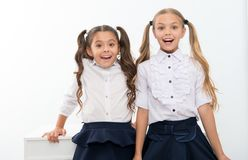Dra tillbaka till skolan är här Små flickor som är lyckliga att vara tillbaka till skolan lyckliga flickor little royaltyfria foton