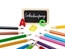 Dra tillbaka till skolan, abc:et, färgade blyertspennor Arkivbild