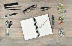 Dra tillbaka till skolan! Brevpappertillförsel Öppet bok- och handstilhjälpmedel Royaltyfria Foton