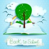 Dra tillbaka till skolan, den öppna boken med landskap och trädet Royaltyfri Foto