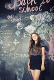 Dra tillbaka till skolan efter sommarsemestrar, gulligt tonårigt Royaltyfria Bilder