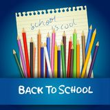 Dra tillbaka till skolan med kulöra blyertspennor på anteckningsbokpapper Fotografering för Bildbyråer