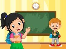 Dra tillbaka till skolan med pojken och flickan Arkivfoton