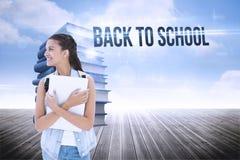 Dra tillbaka till skolan mot bunt av böcker mot himmel Royaltyfria Bilder
