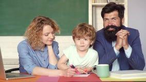 Dra tillbaka till skolan och hem- skolg?ng Gullig elev och hans fader och moder som gör att skola arbete Lyckliga skolaungar på stock video