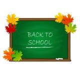Dra tillbaka till skolan på den gröna svart tavlan med lönnlöv Arkivbilder