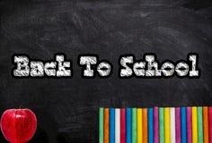 Dra tillbaka till skolan på den svart tavlan med bakgrund för skolatillförsel royaltyfri fotografi