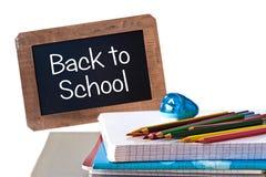 Dra tillbaka till skolan som är skriftlig på den svarta svart tavlan Arkivbilder