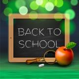 Dra tillbaka till skolan som är skriftlig på svart tavla med krita Royaltyfri Fotografi