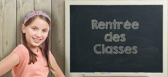 Dra tillbaka till skolan som är skriftlig på svart tavla med unga flickan royaltyfri foto