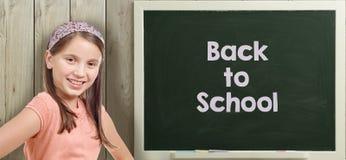 Dra tillbaka till skolan som är skriftlig på svart tavla med unga flickan fotografering för bildbyråer