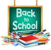 Dra tillbaka till skolan som hänger den gröna svart tavlan med skolaobjekt på vit Arkivfoton