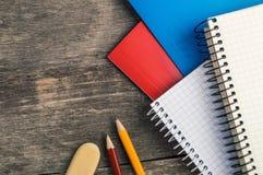 Dra tillbaka till skolan, tillförsel, anteckningsbok på den gråa bakgrunden Royaltyfria Foton
