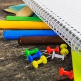 Dra tillbaka till skolan, tillförsel, anteckningsbok på den gråa bakgrunden squar Royaltyfri Foto