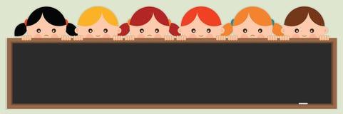 Dra tillbaka till skolan. Ungar som rymmer en svart tavla. Royaltyfri Fotografi