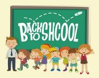 Dra tillbaka till skolatemat med läraren och studenter Arkivfoton
