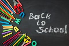 Dra tillbaka till skolatillbehör för krita för portfölj för ringklocka för bokstäver för bokstäver för skolablyertspennaplastelli royaltyfri fotografi