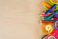 Dra tillbaka till skolatillförsel, brevpappertillbehör på träbakgrund, bästa sikt Arkivfoton
