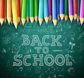 Dra tillbaka till skolavektorbakgrund med kritabrädet och blyertspennor Arkivfoto