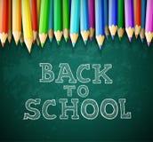 Dra tillbaka till skolavektorbakgrund med kritabrädet och blyertspennor arkivfoton