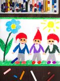 Dra: tre som ler, ställa i skuggan i röda hattar Royaltyfri Foto