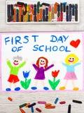 Dra: Uttrycka den FÖRSTA DAGEN AV SKOLAN och lyckliga barn Fotografering för Bildbyråer