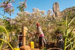 Dra vatten från brunnen Royaltyfri Fotografi
