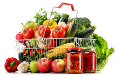 Draad het winkelen mand met kruidenierswinkels op wit Royalty-vrije Stock Fotografie
