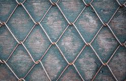 Draad Mesh Fence op hout Stock Foto