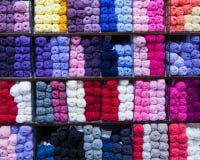 Draad voor het nitting in verschillende kleuren stock foto