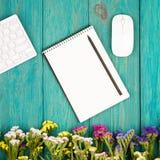Draadloos slank toetsenbord, muis, blocnote met potlood en kleurrijk stock afbeelding