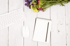 Draadloos slank toetsenbord, muis, blocnote met potlood en kleurrijk royalty-vrije stock foto