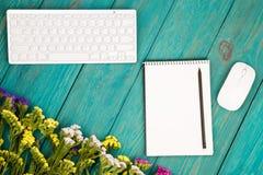Draadloos slank toetsenbord, muis, blocnote met potlood en kleurrijk stock fotografie