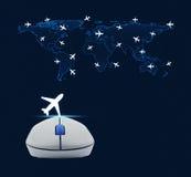 Draadloze computermuis met vliegtuigpictogram en wereldkaart met fligh Royalty-vrije Stock Fotografie