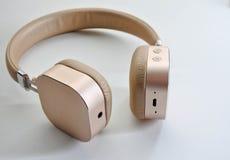 Draadloze hoofdtelefoon in gouden kleur Stock Foto