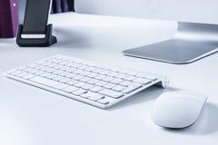 Draadloze keybord en muis op een bureau Royalty-vrije Stock Foto's