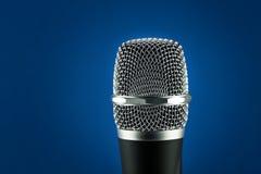 Draadloze microfoon op blauwe achtergrond Royalty-vrije Stock Foto's