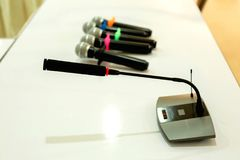 Draadloze microfoons voor conferentie in vergaderzaal Het is isola Stock Afbeelding