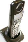Draadloze telefoonbuis die zich op lader bevindt Royalty-vrije Stock Afbeeldingen